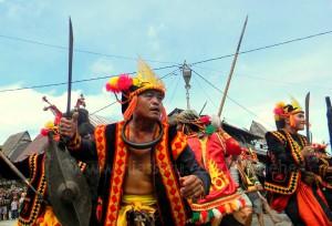 Atraksi maluaya/tari perang di Bawömataluo | Etis Nehe