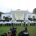 Para menteri dalam seragam kemeja putih usai nama mereka dibacakan Presiden Jokowi | Setkab.go.id