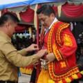 Bupati Nias Selatan Idealisman Dachi mengenakan kostum tradisional Nias Selatan kepada KSAL Laksamana Marsetio | Dispenal Mabesal
