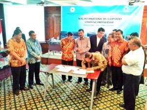 Bupati Nias Barat Adrianus A Gilo sedang menandatangani kesepakatan pembentukan badan  Nias Development Strategic Partnership di Jakarta, (27/11/2014) | Etis Nehe