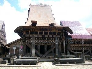 Omo Nifolasara (Omo Sebua) yang merupakan rumah raja Saonigeho di Desa Bawomataluo | Etis Nehe