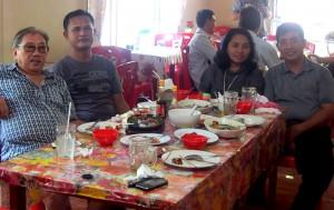 Bendris Tazuno, Bripka Asliman Waruwu dan Pdt. Stevanus Zebua dan istri makan bersama di Tahuna, Kepulauan Sangihe, Sulawesi Utara| Dok. Pribadi