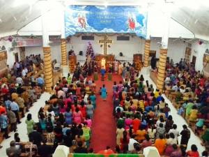 Prosesi penyalaan lilin pada perayaan Natal jemaat BKPN Bawomataluo | Etis Nehe