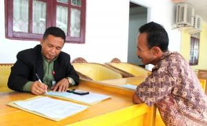 Restu Jaya Duha sedang melayani warga | Etis Nehe