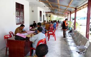 Suasana pelayanan dokumen kependudukan dan catatan sipil di emperan kantor Dinas Kependudukan Nias Selatan | Etis Nehe