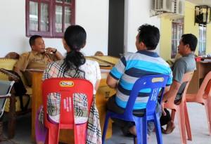 Restu sedang menjelaskan prosedur pengurusan dokumen kepada warga | Etis Nehe