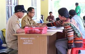 Para pegawai sedang melayani warga | Etis Nehe