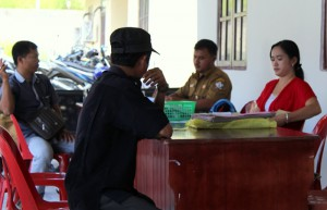 Para epgawai sedang melayani warga | Etis Nehe