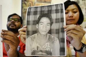 Foto Yusman Telaumbanua ditunjukkan oleh Putri Kanesia dari KontraS | Bisnis