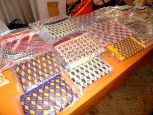 Kerajinan berupa dompet dan tas dengan motif khas Nias | Etis Nehe