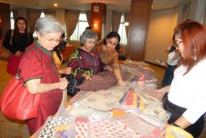 Peserta pameran yang membeli produk kerajinan Nias Selatan | Etis Nehe