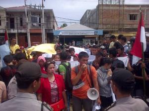 Aksi demo GERAMM Nias Selatan di depan kantor Kejaksaan Negeri Teluk Dalam, Nias Selatan | Kornelius Nehe