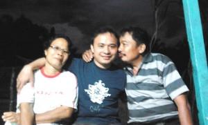 Noverius Laoli  dalam kenangan bersama sang Ayah dan Ibu pada tahun lalu | Dok. Pribadi