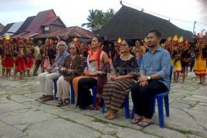 Putri Indonesia 2015 Anindya Kusuma Putri bersama mantan Menteri Rahardi Ramelan di Desa Bawomataluo | Kornelius Nehe