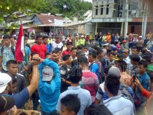 Aksi Massa di depan Kejari Teluk Dalam Nias Selatan | Kornelius Nehe