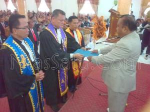 Penyerahan SK Majelis Pengurus Sinode terpilih pada Sidang Sinode BKPN ke-7, 2015 di Gereja BKPN Bawomataluo | Kornelius Nehe