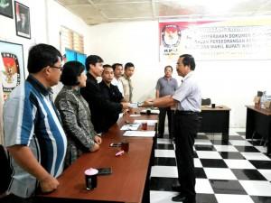 Penyerahan berkas dukungan oleh pasangan bakal calon independen kepada Komisioner KPU Nias | KPU Nias