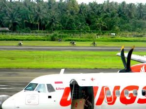 Aktivitas warga di landasan pacu Bandara Binaka | Etis Nehe