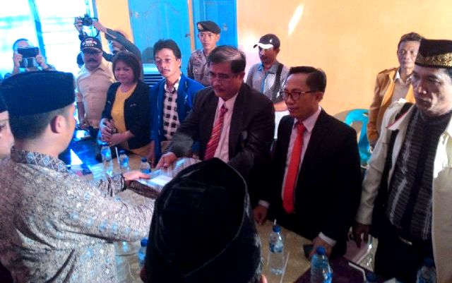 Pasangan Hadirat Manao - Ami Hari Hondro di kantor KPU Nias Selatan | NS