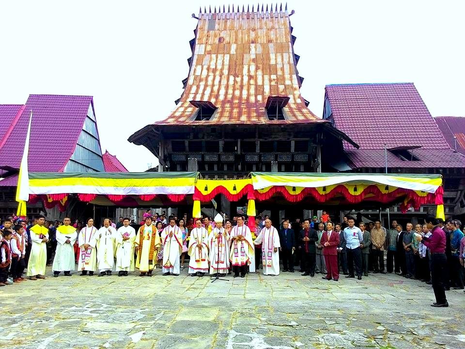 Uskup Mgr. Dr. Ludovikus Simanullang, OFMCap bersama peserta sebelum menuju gereja Katholik Bawomataluo | MZ