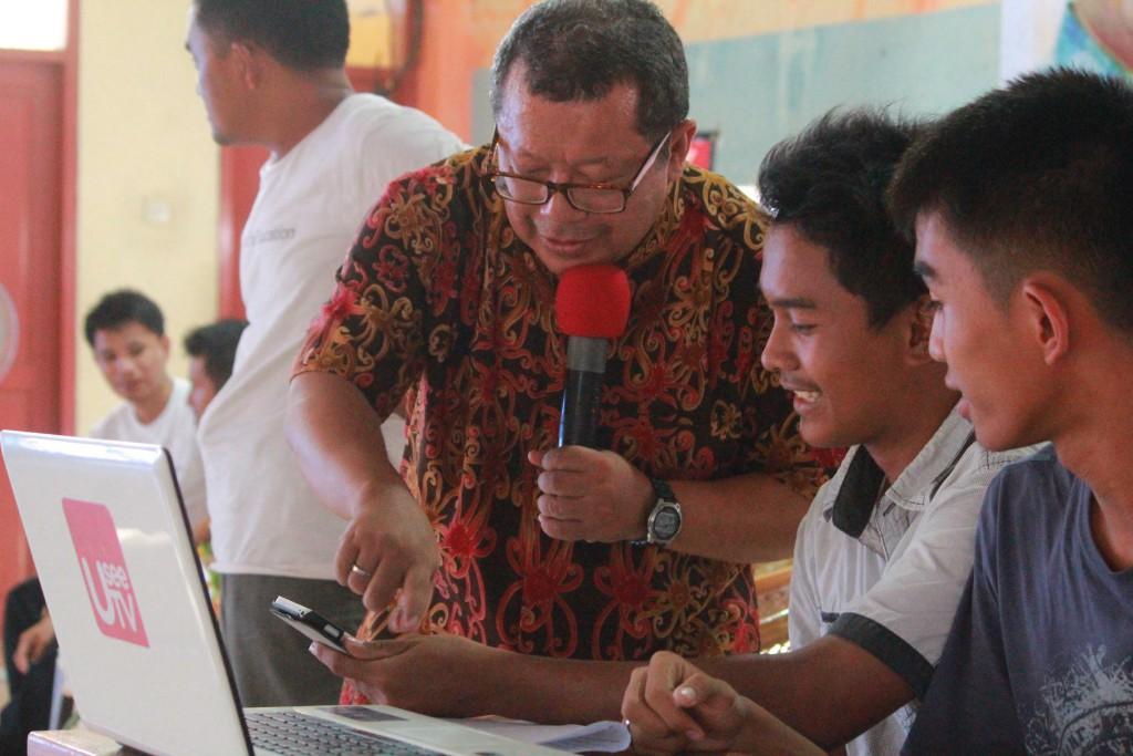 Onno W. Purbo sedang memberikan pelatihan merancang aplikasi android kepada dua pelajar | NGOS & GEG Nias
