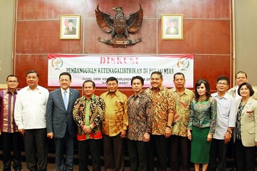 Ketua DPD RI bersama Wakil Ketua DPD RI dan Ketua Komite II DPD RI bersama para peserta diskusi  | DPD RI