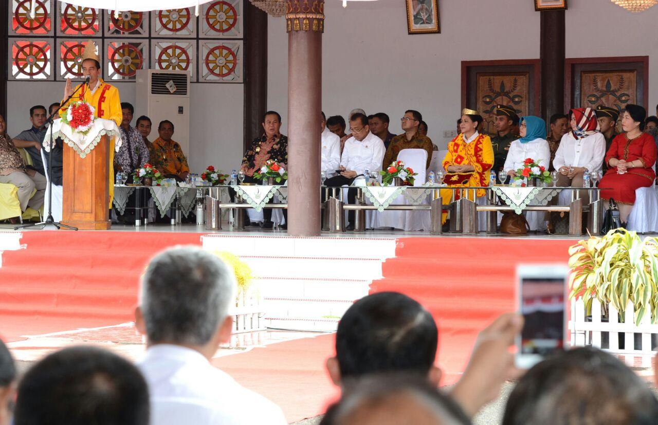 Presiden Jokowi sedang menyampaikan pidato pada penyambutan di Pendopo di Gunungsitoli, Jum'at (19/8/2016) | Setkab.go.id