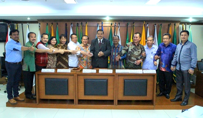 Ketua Komite II DPD RI Parlindungan Purba dan para kepala daerah di Pulau Nias usai Rapat Kerja, Kamis, 13 Oktober 2016 di Gedung DPD RI | DPD RI
