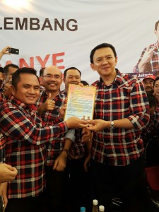 Ketua Tim Benni Advis Daeli menyerahkan ikrar dukungan kepada Ahok | Dok. Benni Advis Daeli