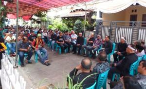 Keluarga besar Alm. Waspada Wau, Bupati Nias Selatan Hilarius Duha dan masyarakat Nias yang hadir di rumah duka | Etis Nehe