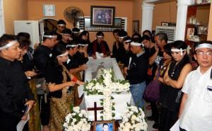 Keluarga dan saudara/i kandung alm. Waspada Wau mengelilingi peti jenazah | Etis Nehe