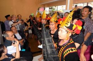 Para pemuda yang tergabung dalam sanggar FETUA memberikan penghormatan kepada alm. Waspada Wau |Etis Nehe