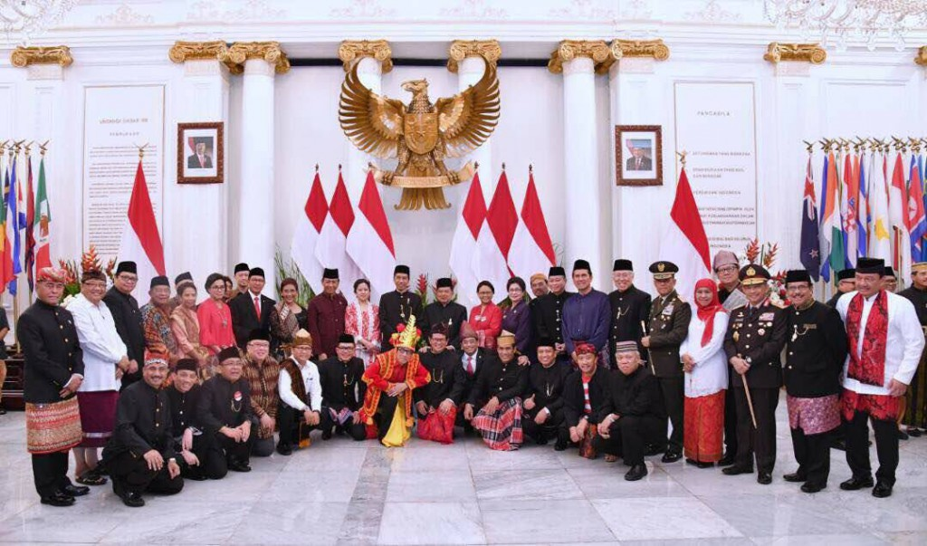 Presiden Jokowi bersama para menteri dengan kostum adat FB | FB Presiden Jowo Widodo